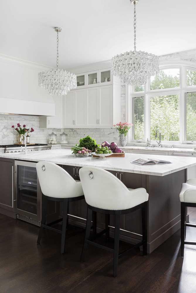 Lembre-se que o lustre da cozinha deve passar por uma limpeza constante e, nesse caso, os modelos de cristal podem não ser a melhor opção
