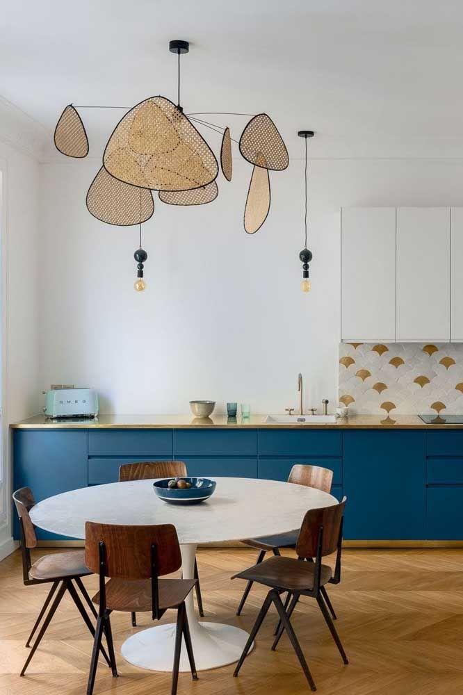 Nessa cozinha de estilo retrô, o que se destaca é lustre de design original acompanhado dos pequenos e discretos pendentes