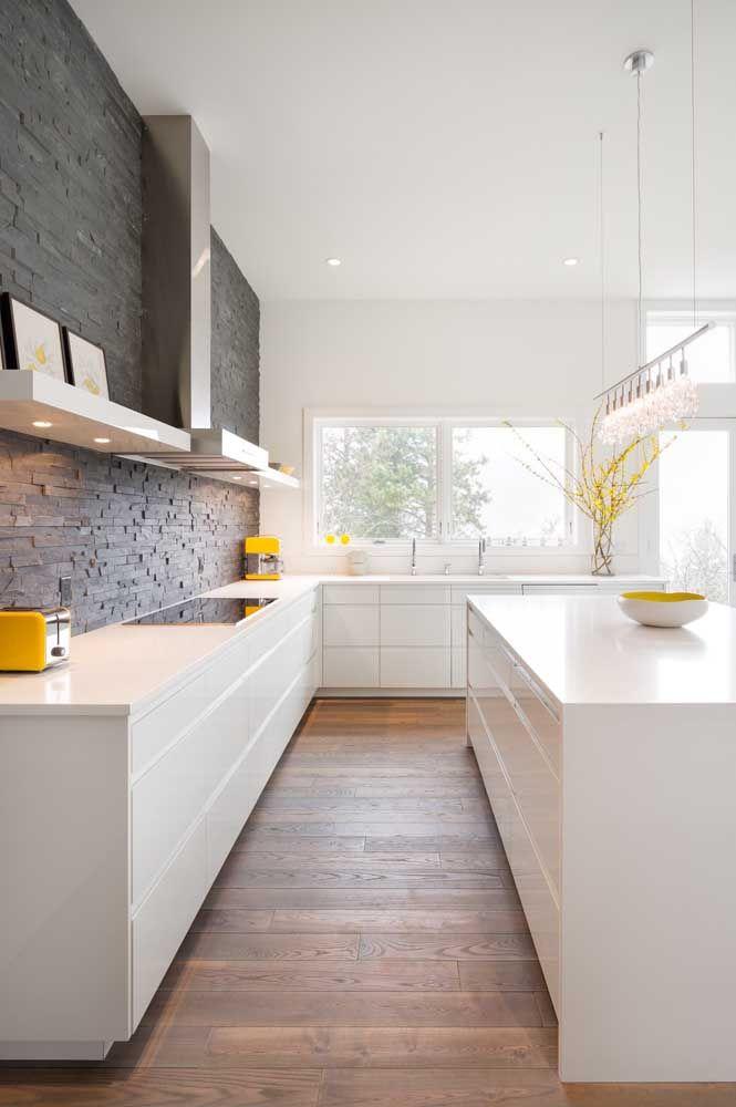 A ilha dessa cozinha recebeu um trilho charmoso, elegante e discreto de luzes