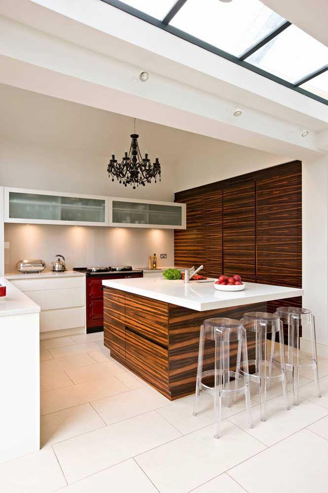 O lustre de cristal preto marca a cozinha com estilo e personalidade