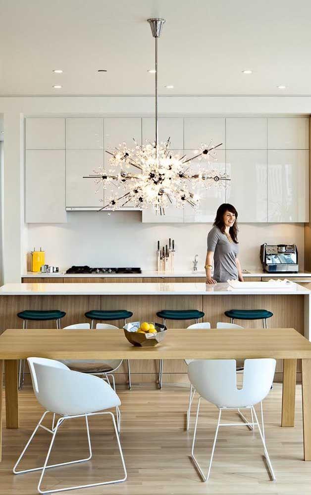Que cozinha não fica mais glamourosa com um lustre desses?