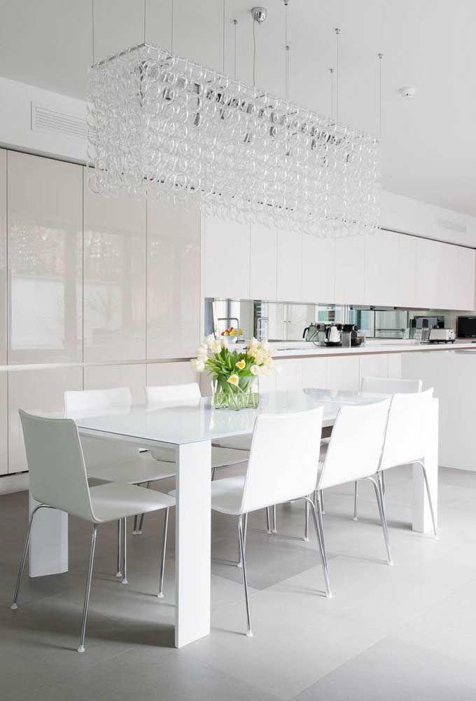 Se a sua cozinha for integrada a sala de jantar, experimente posicionar o lustre sobre a mesa