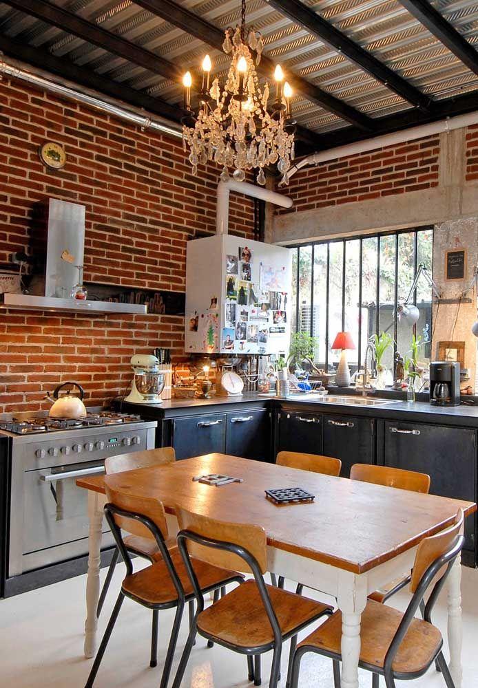 O mix de estilos dessa cozinha fica evidente ao olhar para o lustre