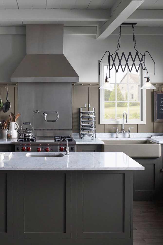 Essa cozinha industrial brinca com o formato articulado do lustre