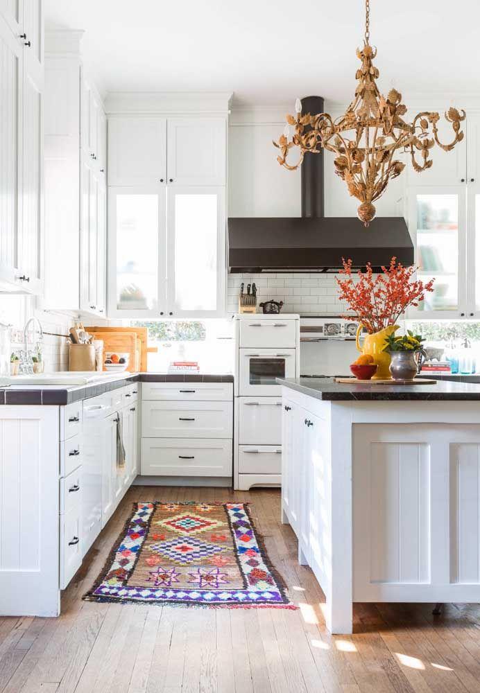 O lustre retrô de metal envelhecido é o grande destaque – e contraste - dessa cozinha branca