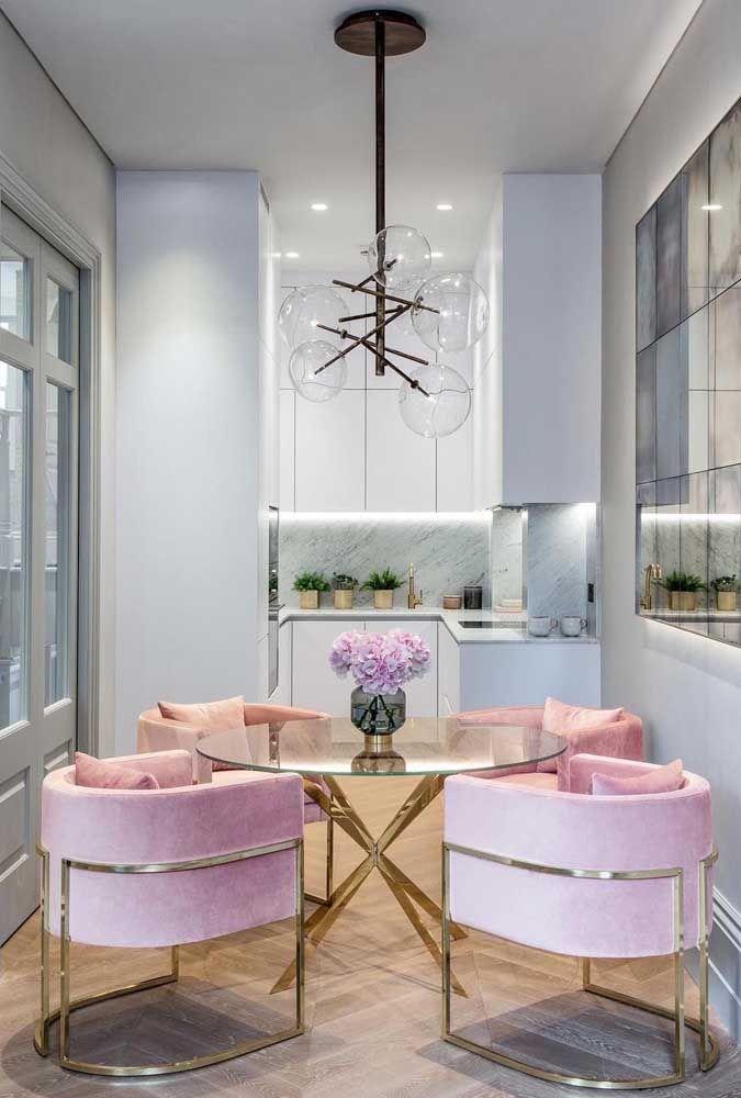 Esse lustre com esferas de vidro transparente confere suavidade e delicadeza para o projeto da cozinha