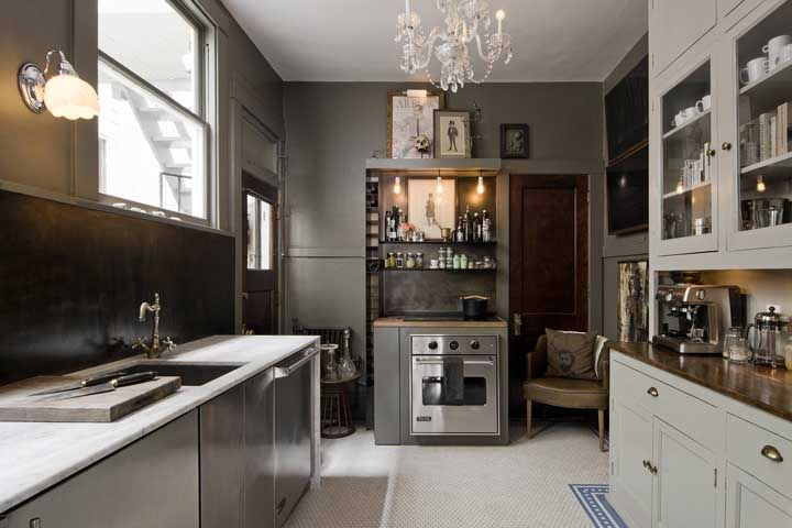 Quer dar um toque de sofisticação e glamour para sua cozinha? Então invista no lustre de cristal, independente do estilo que predomina no ambiente