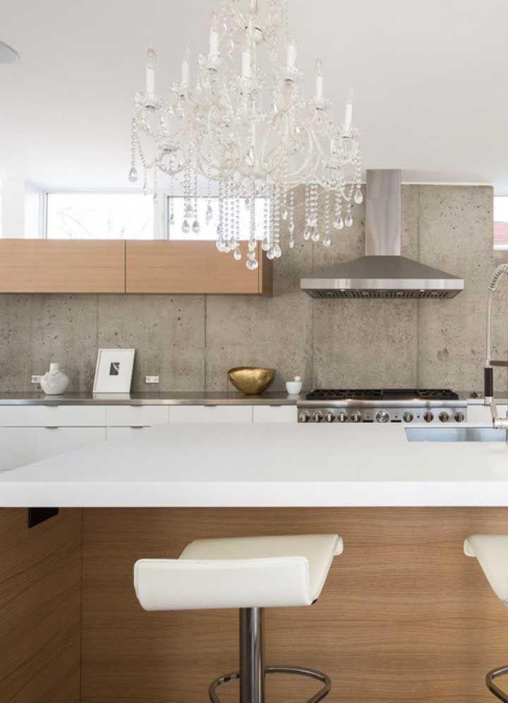 O lustre de cristal estilo candelabro faz o ponto de ligação entre o clássico e o moderno nessa cozinha