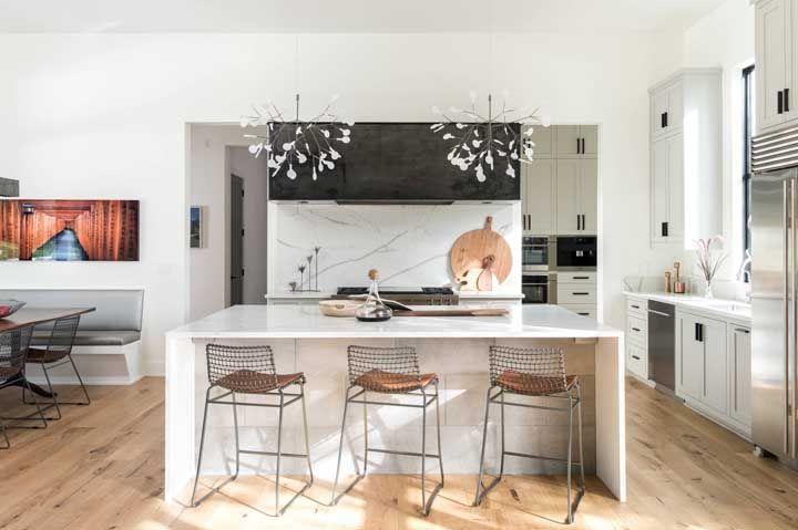 Cozinha pequena com dois lustres, mas perfeitamente proporcionais ao espaço
