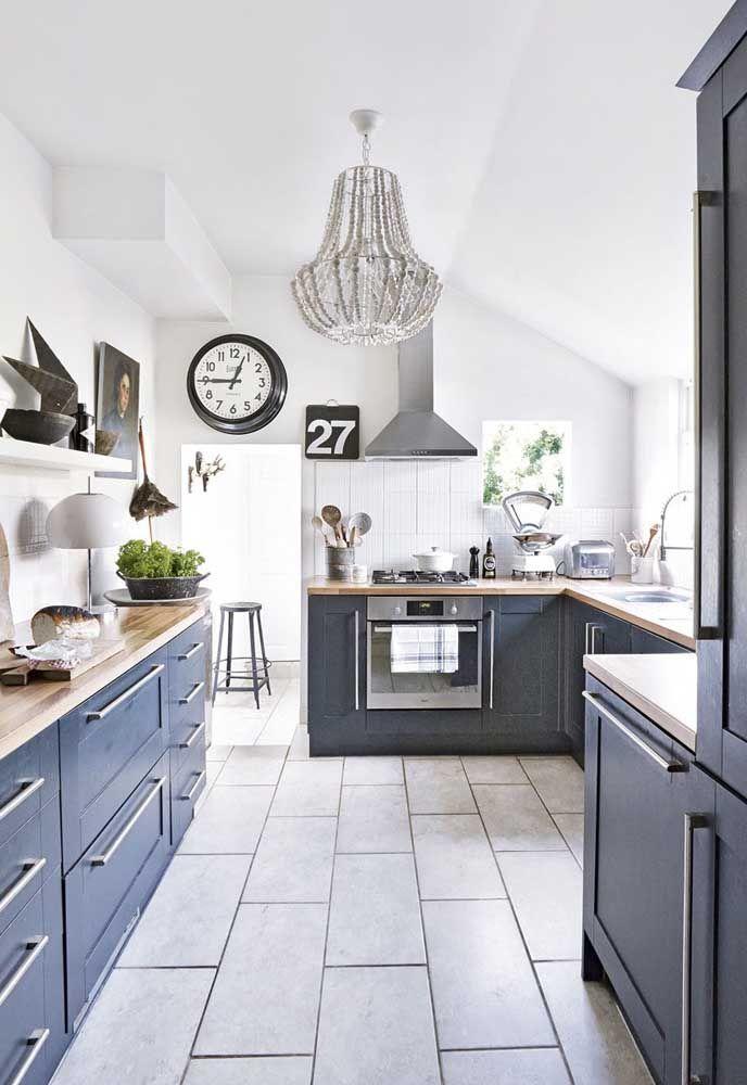 Mais discreto, esse lustre cor de prata completa a decoração descolada da cozinha, formando um mix de estilos