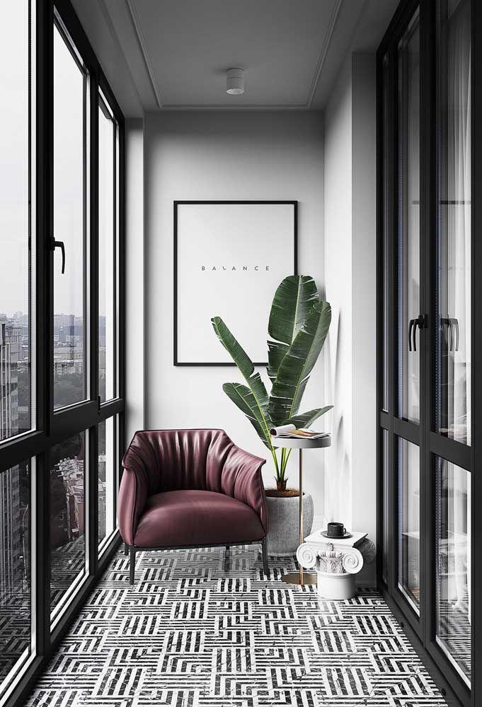 O perfil preto da sacada de vidro reforça a proposta moderna e elegante