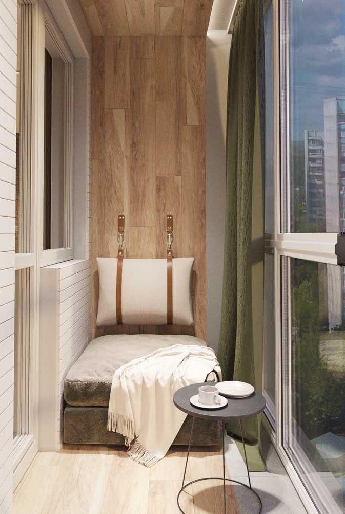 A sacada pequena fica mais confortável com o fechamento de vidro, assim é possível usar o espaço em dias de frio e chuva