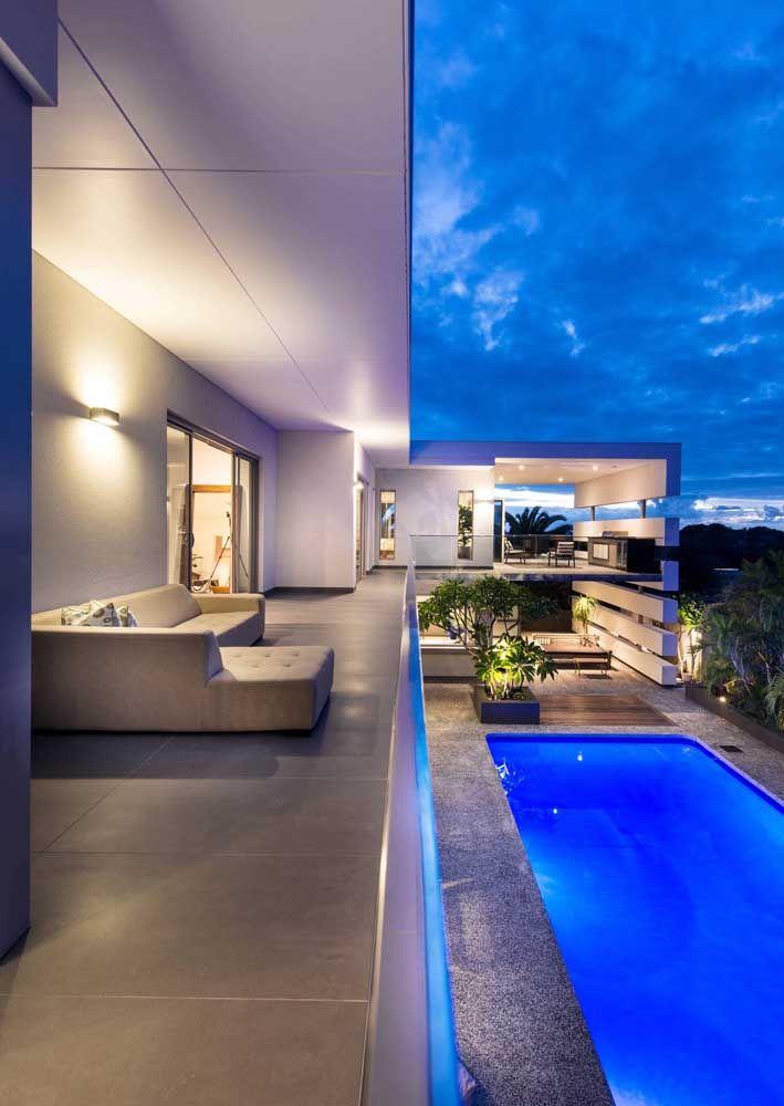 A sacada grande de vidro ganhou uma iluminação azul para ficar ainda mais bonita
