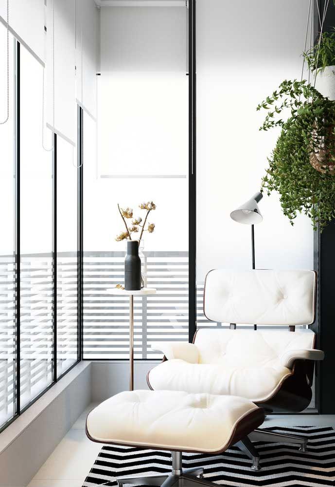 As persianas brancas garantem privacidade e controle de luz para dentro da sacada de vidro