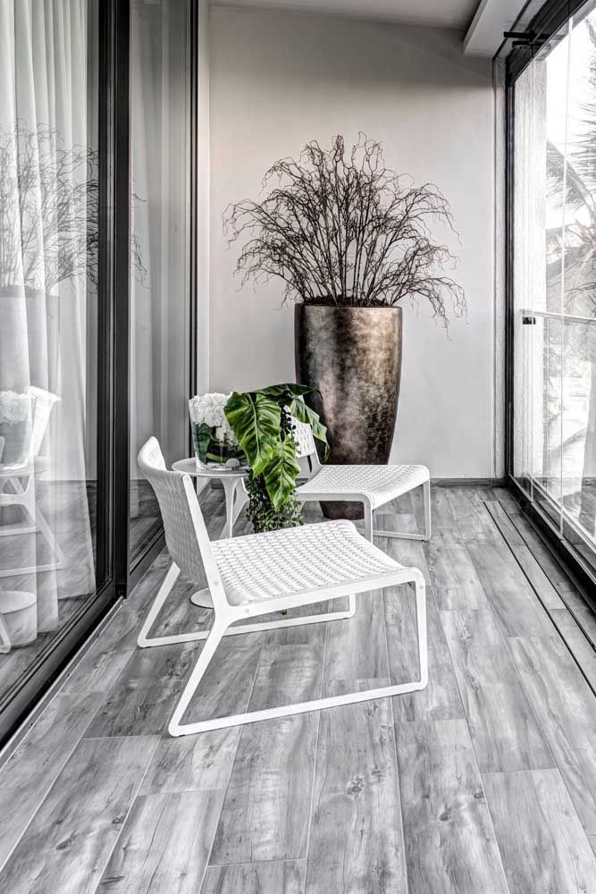 As portas de vidro inteiriças garantem um visual mais moderno e clean para as sacadas