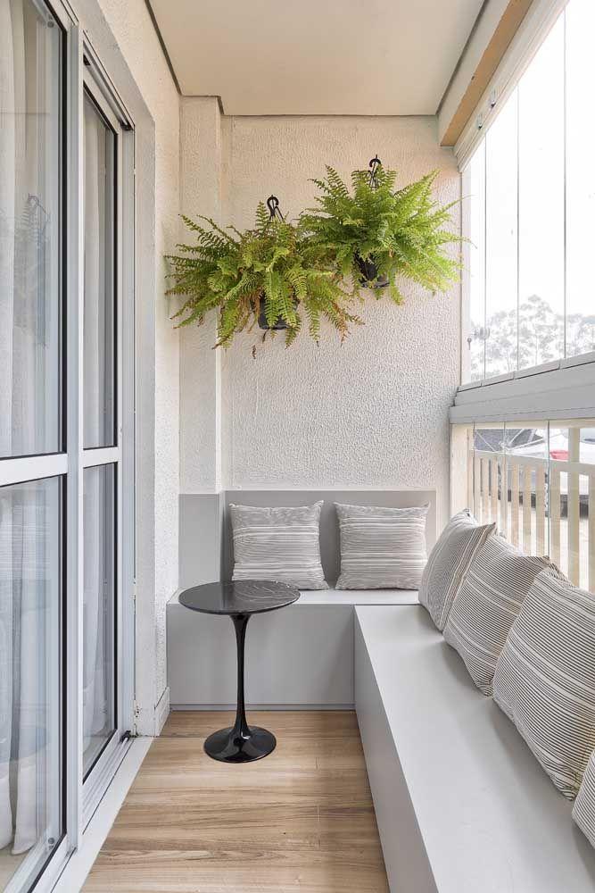 Combine a cor dos perfis de alumínio que acompanham os vidros com a decoração