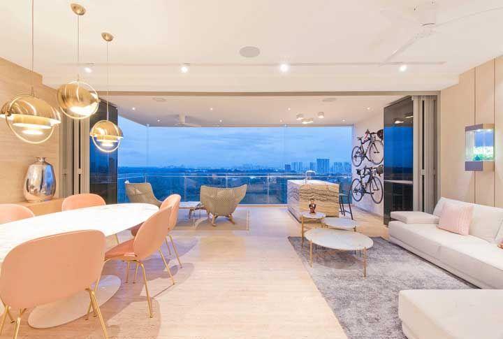 Sacada e sala integradas, mas a porta de vidro fume pode isolar os dois ambientes sempre que for preciso