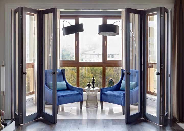 Dois acabamentos diferentes na mesma varanda: madeira e alumínio