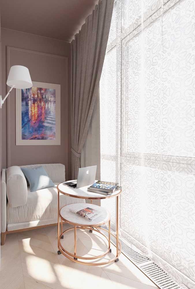 O envidraçamento da sacada permite que a área seja utilizada de modo mais confortável e aconchegante, como se fosse um ambiente de dentro da casa