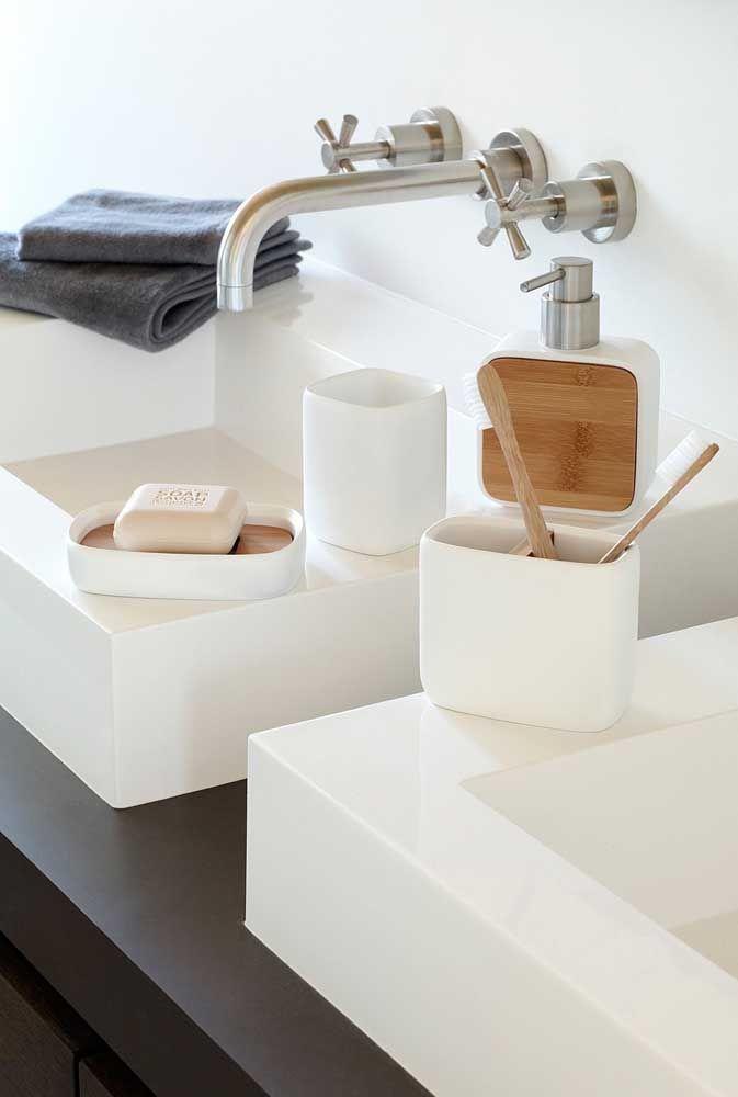 Aqui, o kit higiene foi colocado sobre a pia, de forma prática e sem muitos detalhes, combinado com o estilo clean do banheiro
