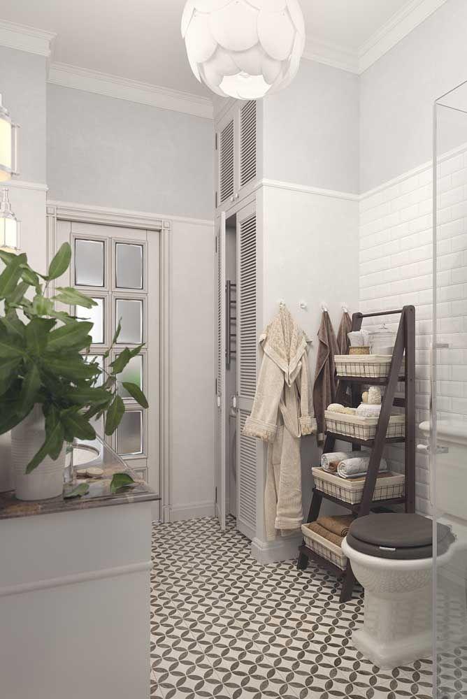 Neste banheiro de estilo retrô, o kit higiene está em uma prateleira que combina beleza com praticidade