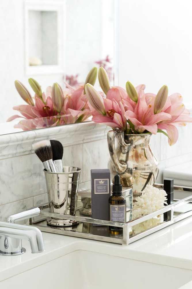 O rosa das flores junto com os poucos itens depositados sobre a bandeja, criam um kit higiene delicado e ao mesmo tempo elegante e sofisticado