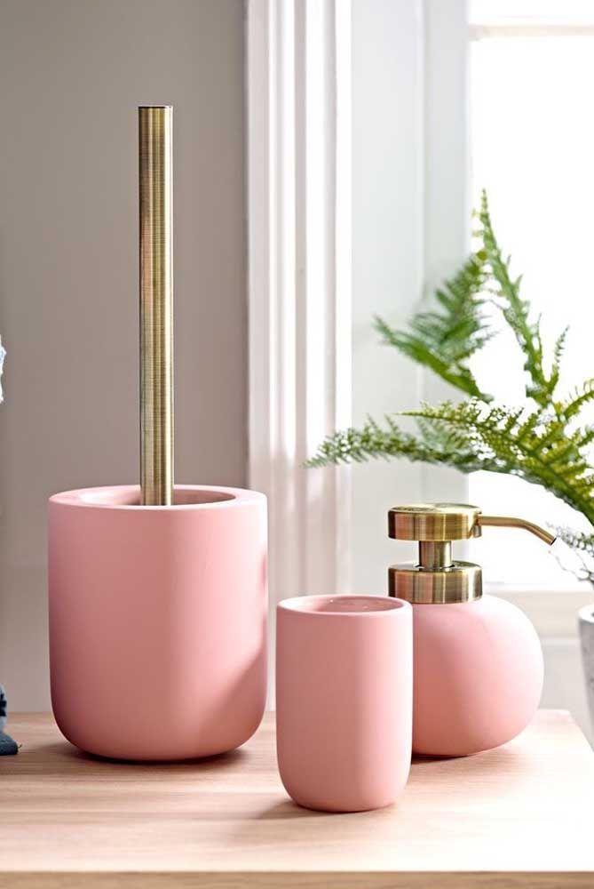 Os três recipientes cor de rosa do kit higiene podem ser usados em diferentes propostas de decoração