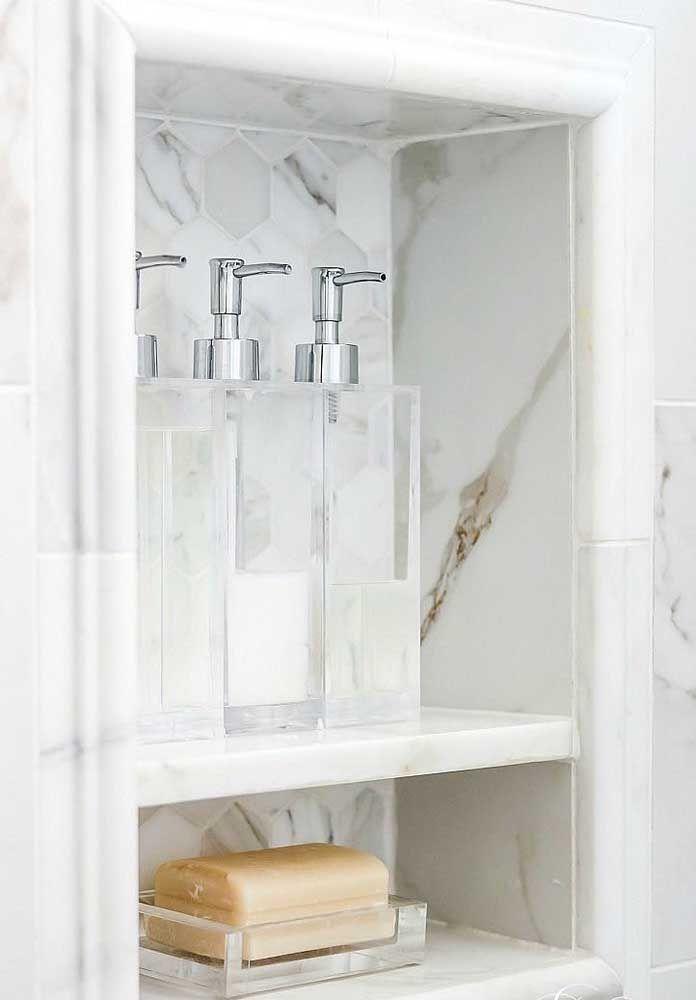 Os três recipientes e a saboneteira de vidro fazem com que o kit combine, de forma simples, com as cores claras da parede