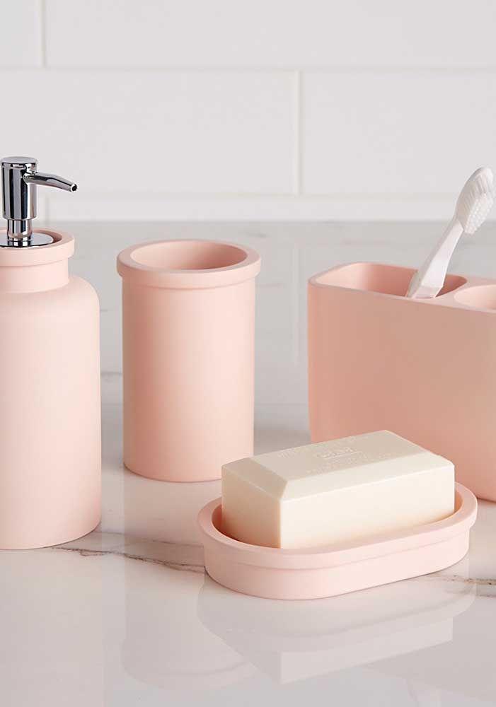 A combinação do rosa pastel dos recipientes com as cores claras da parede deixam o kit moderno e nenhum um pouco clichê