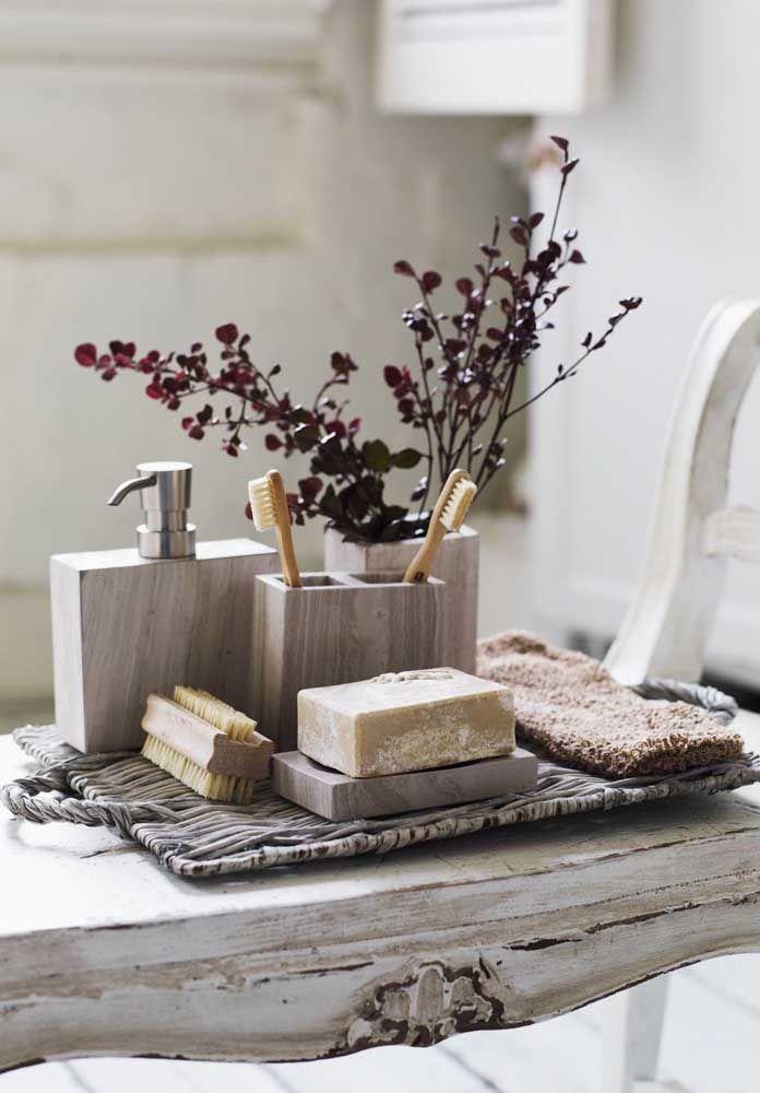 A simplicidade das formas do kit higiene e a leveza das flores cria um ambiente discreto e refinado