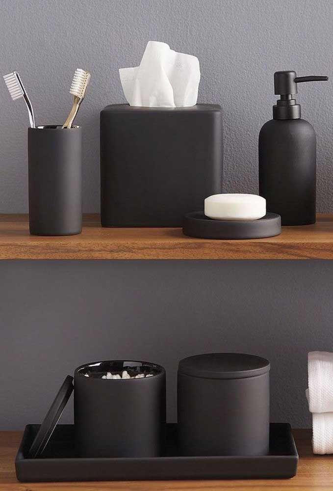 As prateleiras de madeira garantem um toque a mais de elegância ao kit de higiene preto