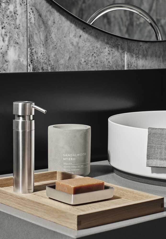 O kit de higiene se aproveita das cores da parede para criar um clima moderno e ao mesmo tempo luxuoso para o banheiro