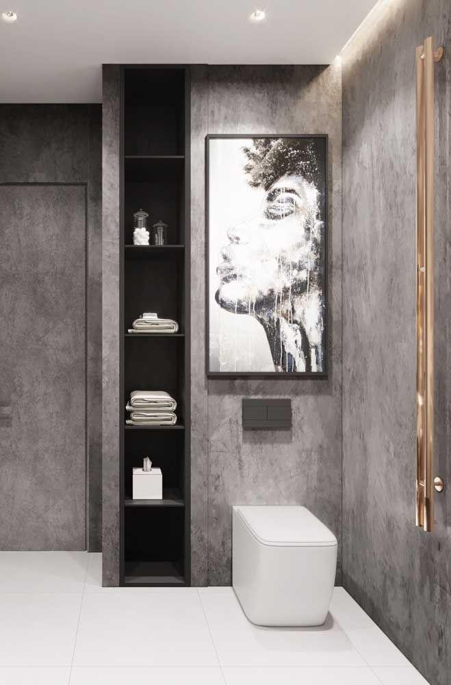 Neste banheiro, o aspecto refinado e organizado do kit higiene vem do local exclusivo dedicado para eles: a prateleira