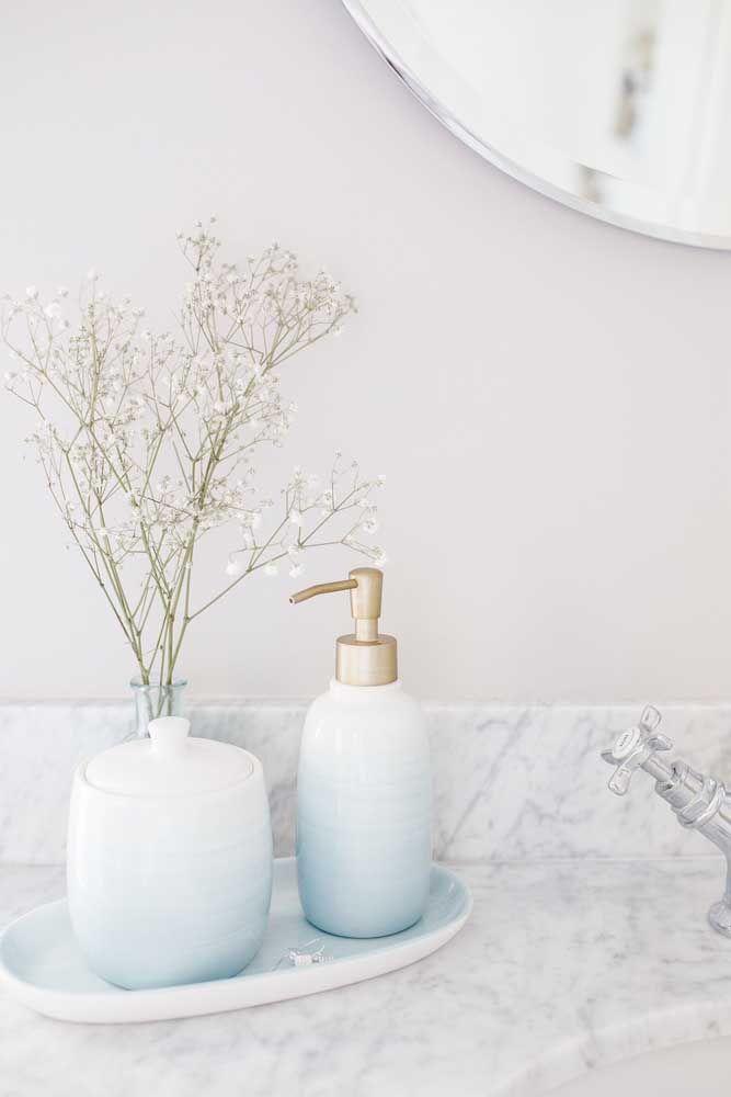 A leveza das cores dos potes, junto com a delicadeza das flores do vaso, cria um ambiente aconchegante e extremamente delicado