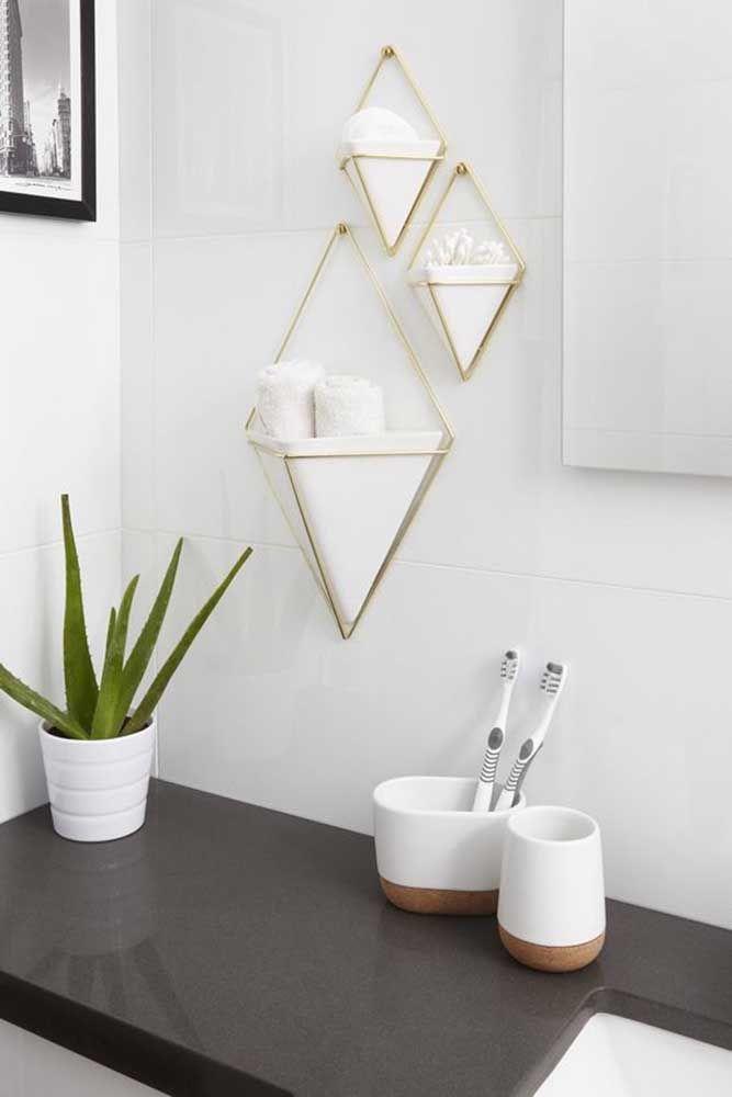 Os losangos na parede completam o kit higiene presente na bancada