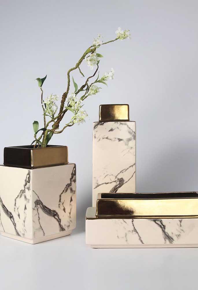 O efeito marmorizado do kit higiene traz refinamento e sofisticação a qualquer banheiro