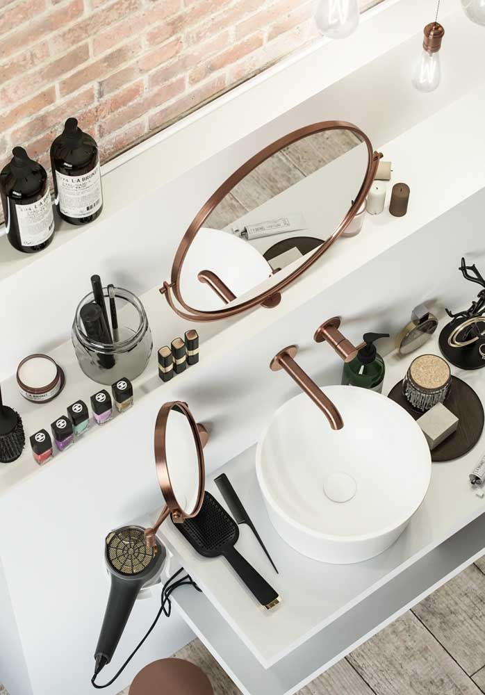 Composto por vários itens, esse kit fica disperso por toda a pia, mas sem perder o senso de organização e ordenação