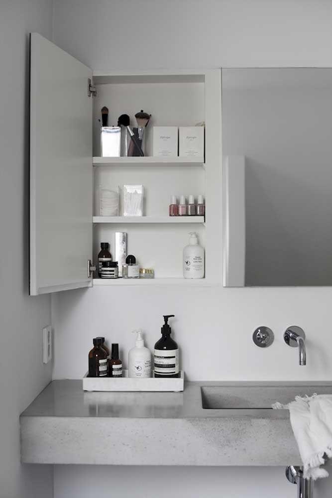Neste banheiro, o espaço da pia e do armário é aproveitado para a composição do kit higiene