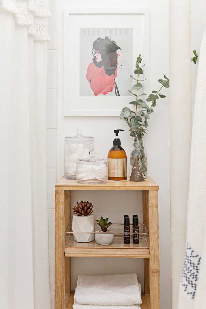 Aqui, o kit higiene ganha um espaço exclusivo: uma prateleira de madeira que, além de prática e muito decorativa