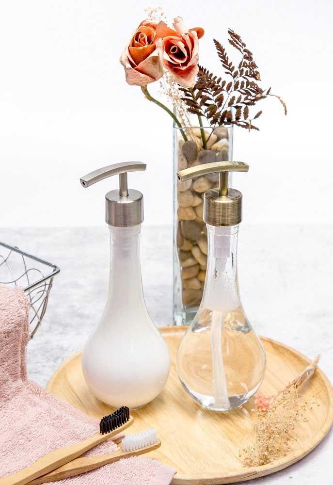 Os recipientes de vidro, combinados com a bandeja de madeira, são versáteis e podem ser colocados em qualquer ambiente; destaque para as escovas de dente ecológicas feitas de bambu