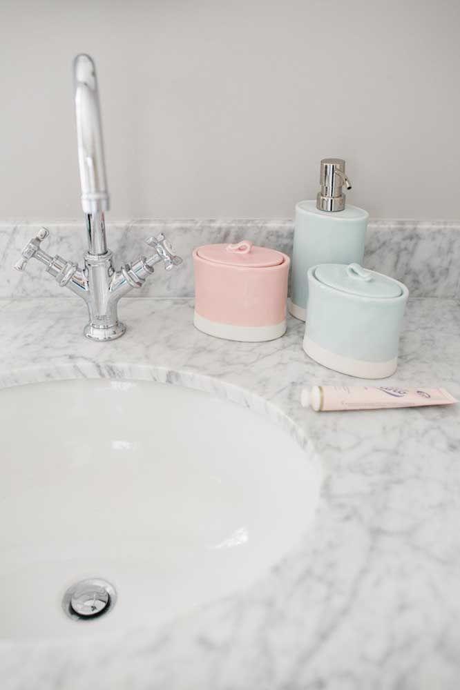 Os tons pastéis são o destaque desse kit higiene simples