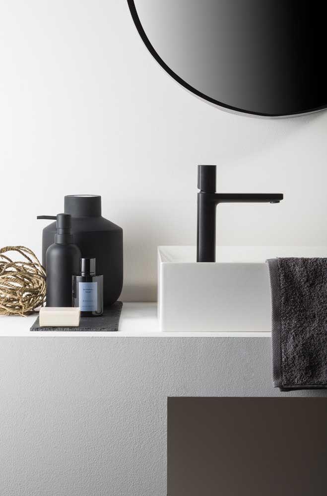 O preto do kit combina com a torneira e forma um contraste moderno com a parede branca