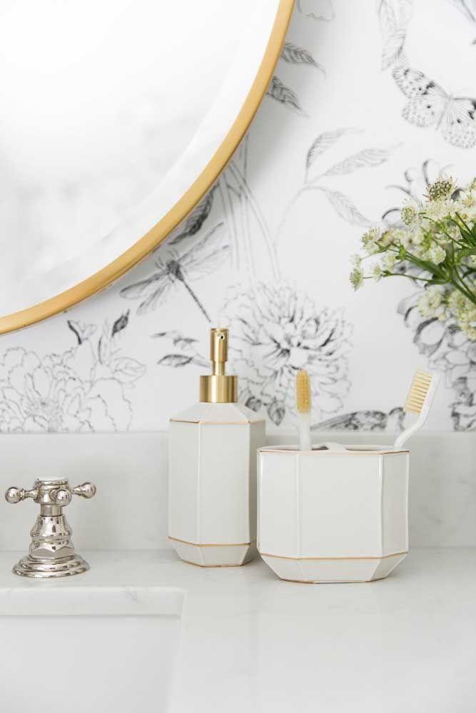 O kit higiene de porcelana traz uma combinação delicada e elegante entre o branco e os filetes dourado combinando com o restante da decoração