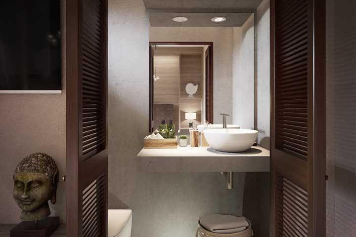 O kit higiene verde valoriza os elementos em madeira do banheiro
