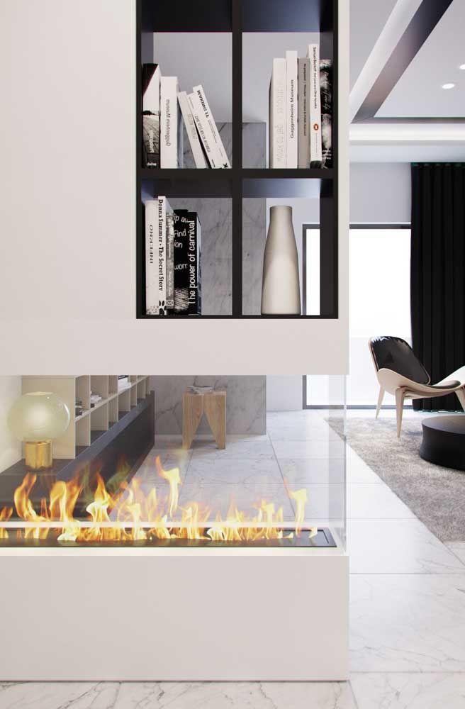 Embutida na parede de gesso, essa lareira ecológica de vidro enobrece a sala de estar