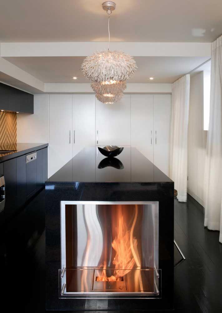 Embutida na ilha da cozinha: use a criatividade na hora de planejar o melhor lugar para sua lareira ecológica
