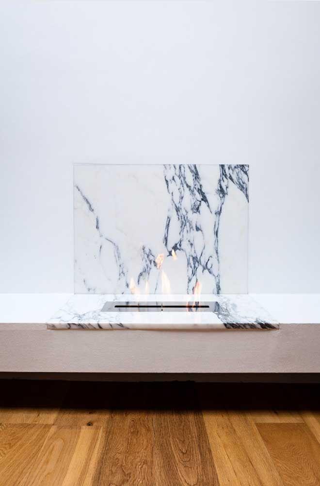 Combinação cheia de classe: lareira ecológica e mármore