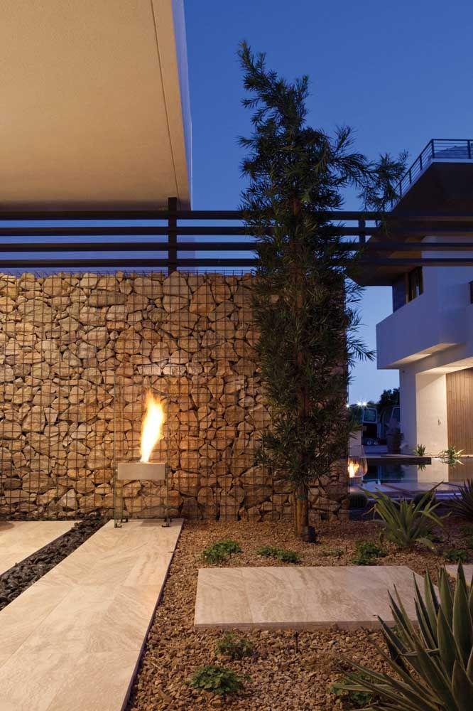 A área externa sempre pode ficar melhor, para isso aposte no uso de uma lareira ecológica