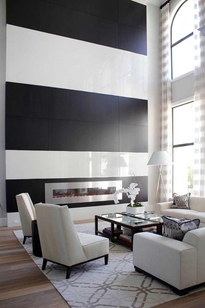 Inox e vidro na lareira ecológica para combinar com a decoração neutra e elegante da sala