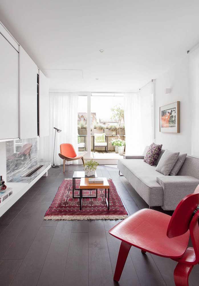 Nessa sala, sem TV, a lareira ecológica é o grande destaque